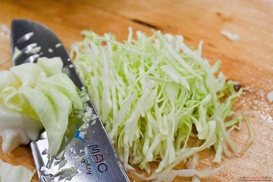 Свежую капусту белокочанного сорта шинкуем соломкой