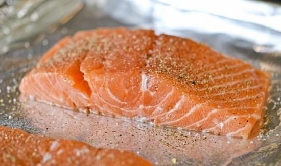 Кусочки филе красной рыбы натираем солью