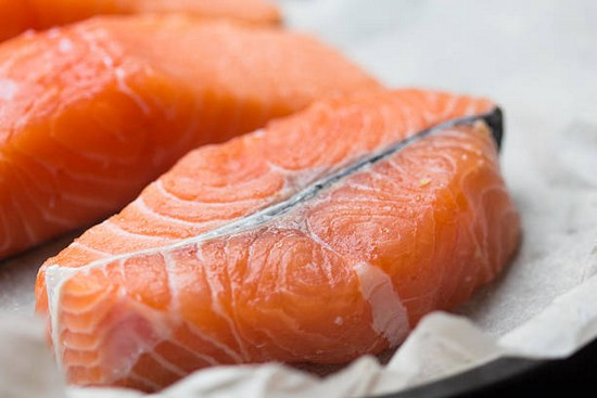 Охлажденное филе красной рыбы при необходимости очищаем