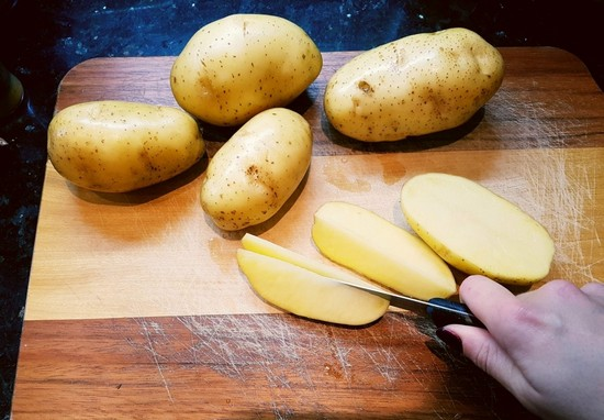 Картофель промываем вместе с кожурой и нарезаем