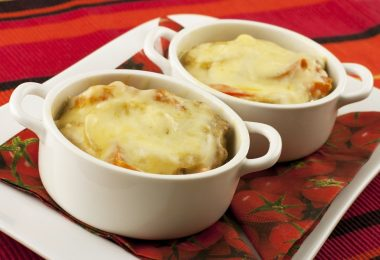 Горшочки с курицей и картофелем в духовке (с сыром, майонезом)