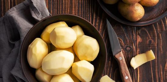 Очищаем корнеплоды картофеля, промываем