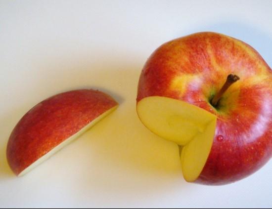 Яблоко промоем, просушим и разрежем