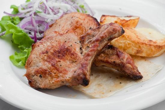 Мясо на косточке в духовке в фольге