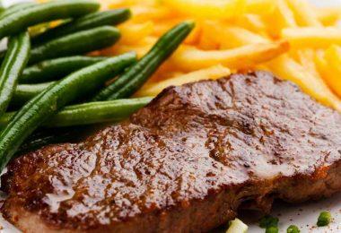 Как приготовить отбивные из говядины в духовке (с картошкой, помидорами)?