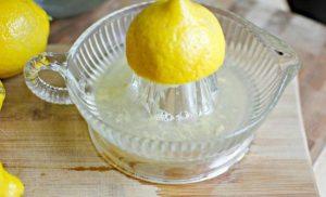 выдавливаем любым удобным способом из лимонов сок