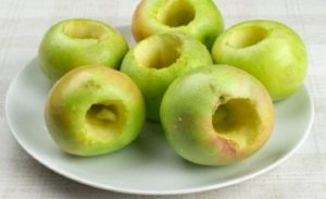 Яблоки промываем, обсушиваем, убираем сердцевину