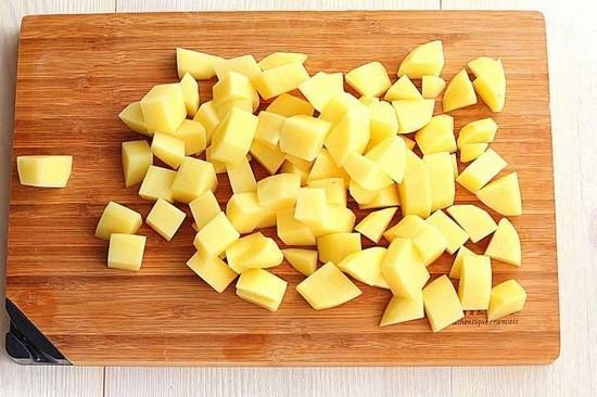 картофельные клубни и нарезаем небольшими кубиками