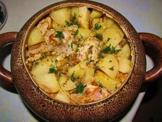 Картофель, курица, грибы в горшочке в духовке