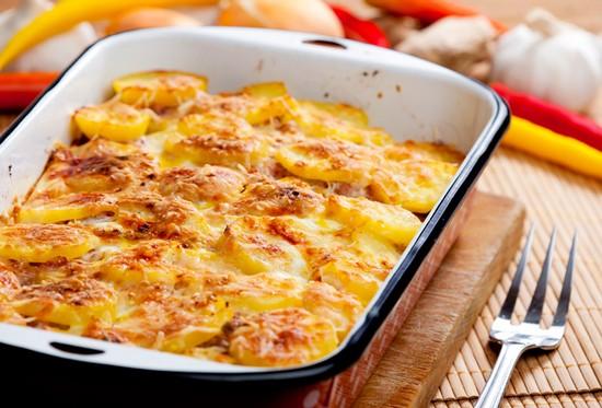 Картофель в духовке со сметаной и чесноком