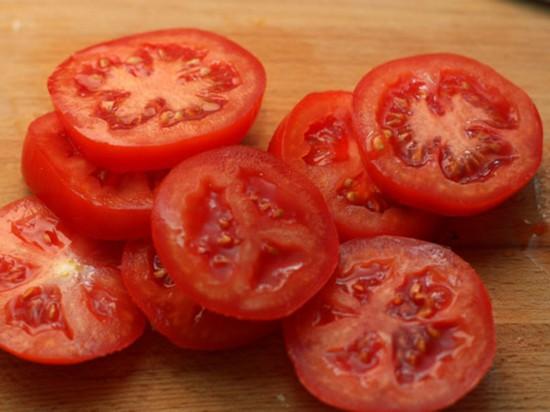 Свежие помидоры промываем и нарезаем