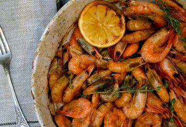 Креветки в духовке: рецепты (с чесноком, сыром, на шпажках)
