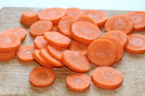морковные корнеплоды очищаем, промываем и нарезаем