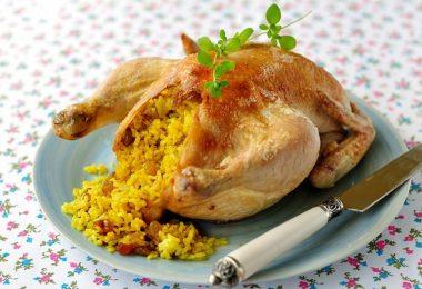Курица, начиненная рисом, в духовке (с яблоками, черносливом)