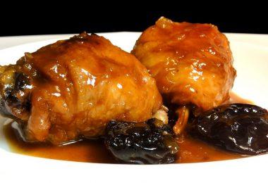 Курица, запеченная с черносливом в духовке (с яблоками и курагой)