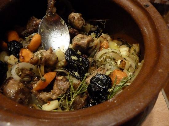 Мясо в горшочках с черносливом и грибами