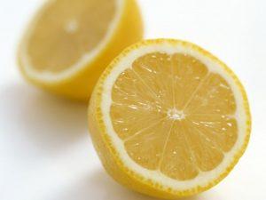 Вторую половину лимона нарезаем тоненькими кружочками