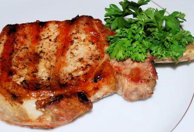 Стейк из свинины в духовке в фольге (запеченный с сыром)