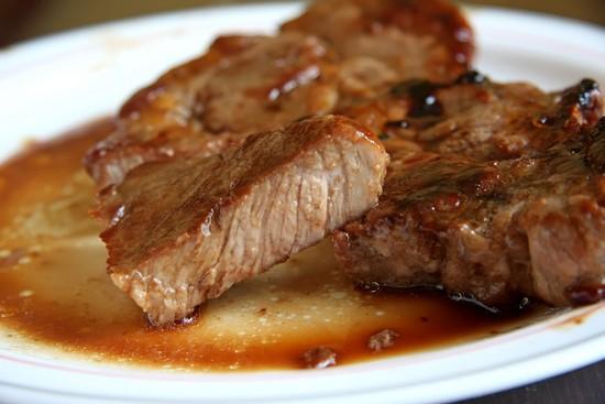 запеченный стейк из свинины в майонезно-горчичной заливке