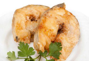 Стейк трески, запеченный в духовке (с сыром, картошкой, со сметаной)