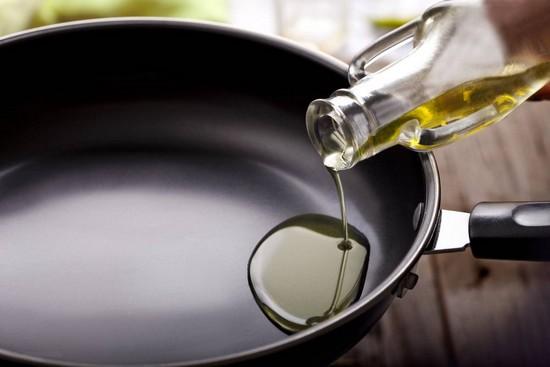 Прогреваем рафинированное масло оливы в сковороде