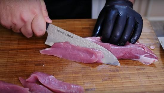 Нарезаем мясную вырезку порционными кусками
