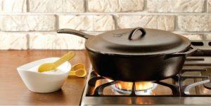 Убавляем огонь до минимума, накрываем сковороду