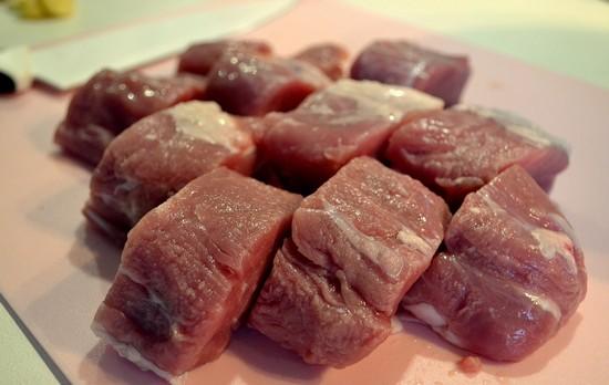 Нарезаем свиную вырезку кубиками