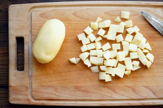 Очищенные корнеплоды картофеля промываем, нарезаем