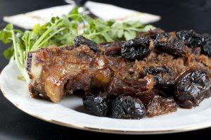 Телятина с черносливом, запеченная в духовке (в фольге, горшочке)