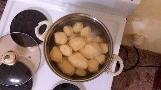 Сварим картошку, сольем водичку