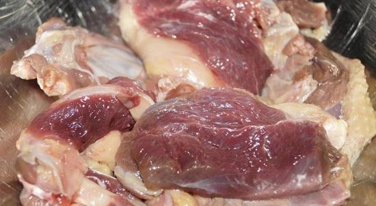 Гусиное мясо тщательно промываем и просушиваем