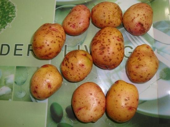 промываем картофель водой, используем щеточку