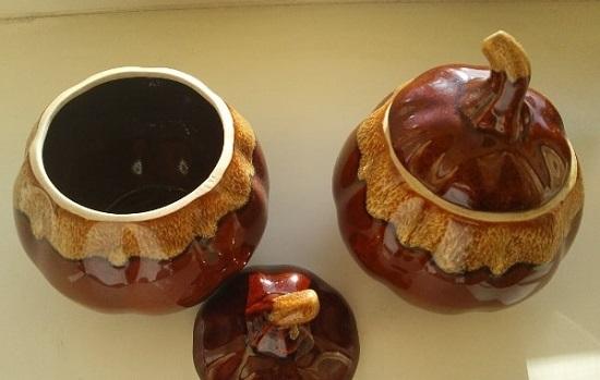 Подготовьте два керамических горшочка с крышечкой