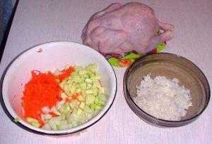 Нарежем кабачок и очищенный лучок