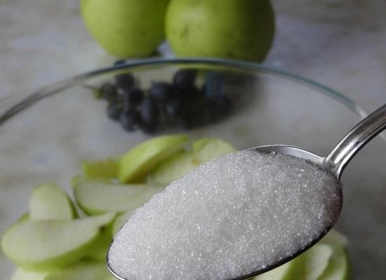 Перекладываем яблочные дольки в миску