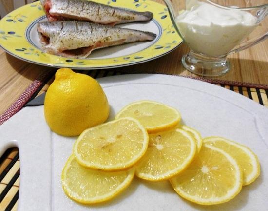 Нарезаем цитрусовый фрукт кружочками