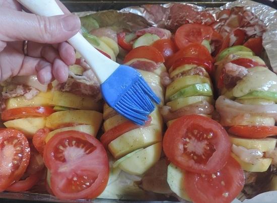 соусом с помощью силиконовой кисти смазываем картофель