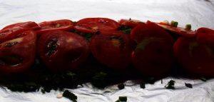 выкладываем помидор сверху на стейки горбуши
