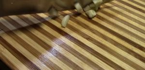 Зубки чесночные меленько порубим ножом