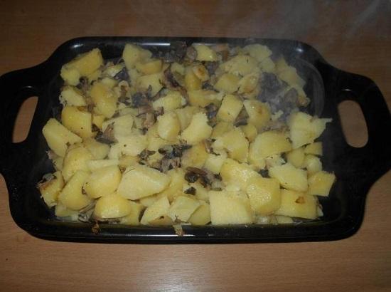 выкладываем картофель с грибами