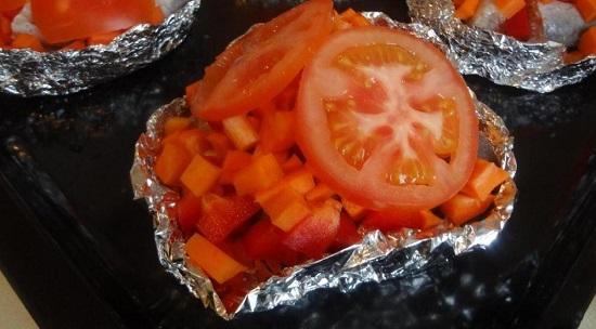 Сверху выкладываем дольки томатов