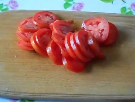 Свежие помидоры тщательно промываем