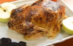 Курица, запеченная в духовке целиком с черносливом