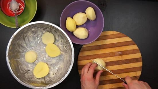 Разрезаем каждую картофелину пополам