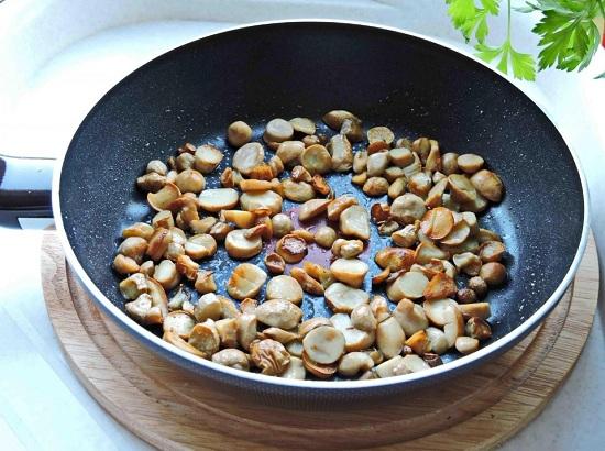 Обжариваем грибы на сливочном масле
