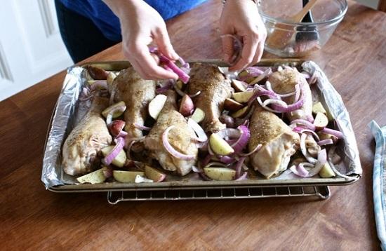 Выложим картошку с луком в противень к голеням