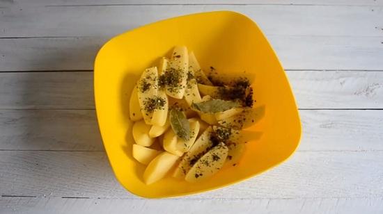Добавляем к картофелю листики лавра