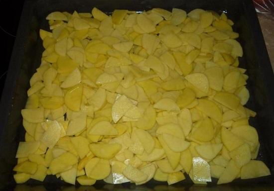 Равномерно выкладываем картофель