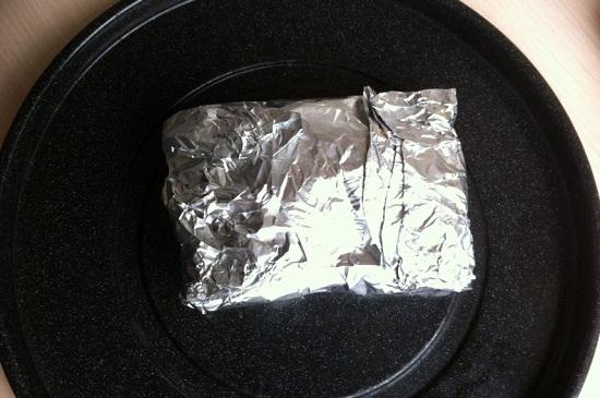 Фольгой полностью оберните стейк